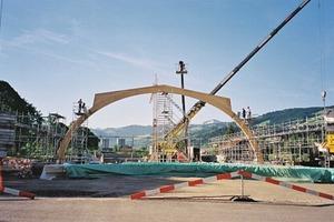 Aufbau des Tragwerks: Im Abstand von jeweils 3,80m stellten die Zimmerleute insgesamt 18Zweigelenk-Bogenbinder aus Brettschichtholz auf, die im Scheitelpunkt biegesteif verbunden wurden