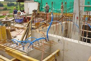 Dahinter errichteten die Rohbauer einen Neubau aus Stahlbeton