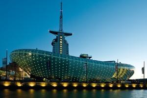 Das Klimahaus Bremerhaven 8° Ost ist ein amorpher, 30 m hoher Ausstellungsbau, der im Bremerhavener Viertel Havenwelten dem Hochhaus Sail City vorgelagert ist <br />
