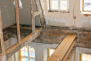 Rückbau der Deckenbalkenlage im zweiten Obergeschoss nach Entdeckung des Hausschwammbefalls