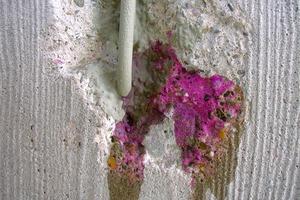 Um die Alkalität im Beton zu ermitteln, muss die Carbonatisierungstiefe einer alten Betonfläche bestimmt werden<br />