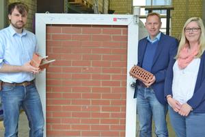 Sie haben den Energieklinker entwickelt (v.l.): Jacob Lengers, Prof. Dr. Dietmar Mähner und Carina Brand vom Fachbereich Bauingenieurwesen der FH Münster⇥Fotos: FH Münster/Pressestelle
