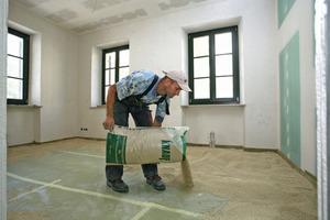 Auf den Holzdecken der Wohnräume brachten die Handwerker eine lose Trockenschüttung aus …<br />
