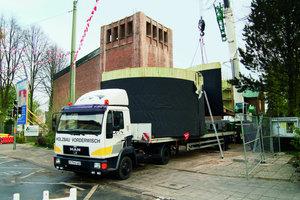 Per LKW wurde der neue Turmhelm in zwei Teilen von Gütersloh auf die Baustelle nach Bielefeld gebracht