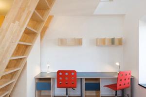 Blick in eines der Maisonette-Zimmer im dritten Obergeschoss. Auch die Inneneinrichtung wurde von den Architekten funktionsgerecht entworfen<br />