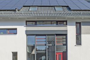Der Erhalt des ursprünglichen Gesamtbildes war den Bauherren sehr wichtig. Deshalb wurden Dachform und Neigung beibehalten und auch das neue Eingangselement an der Südfassade trägt dazu bei, den ursprünglichen Charakter der Scheune zu bewahren. Foto: Velux / Heidi Burkhardt-Nöltner