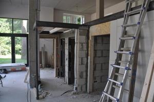 Im Erdgeschoss bauten die Handwerker die Stahlkonstruktion für die Emporen ein<br />