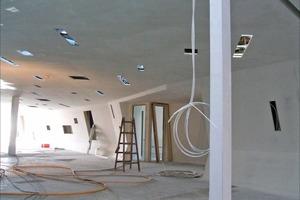 Die Trockenbaukonstruktionen kamen im Terminal mit zahlreichen Aussparungen für Leuchtelemente in der Decke zur Ausführung<br />