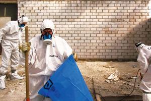 """Sorgfältige und sichere Entsorgung: Restarbeiten nach dem Entfernen von asbesthaltigen Fußbodenrückständen<br /><span class=""""bildnachweis"""">Foto: Caruso Umweltservice</span>"""