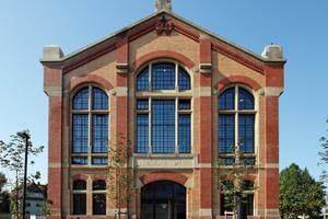 Rechts: Die Stahlsprossen-Verglasung auf den Giebelseiten wurde vollständig wiederhergestellt; durch eine zweite Fensterebene im Inneren ist ein Kastenfenster mit Sonnen- und Wärmeschutz entstanden<br />