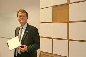 Dr. Christian Fischer, Erfinder des Polyurethan-Aerogels, mit einem Stück des neuen ultraleichten Dämmstoffs in der Hand. Das Material besteht zu beinahe 100 Prozent aus Poren