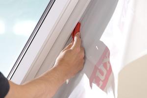 Die Dampfsperrschürze BBX wird am Fenster montiert und zusätzlich durch Klebeband mit der Dampfsperre des Daches verbunden