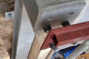 Einbau der Stahlträger für die Montage der Balkone