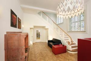 Moderne Einrichtung im wiederhergestellten, repräsentativen Foyer mit großem Kamin Foto: Architekturfotografie Andreas Braun <br /><br />