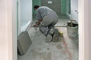 Die letzte Schicht des Fußbodenaufbaus bilden in den Bädern großformatige Fliesen<br />