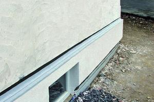Fertige Ausführung des gedämmten Sockelbereiches mit Sockelschiene für das Dämmsystem im Wandbereich<br />Fotos: Remmers<br />