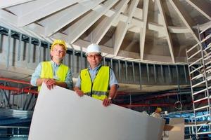 Bild auf gegenüberliegender Seite: Ulrich Horn (links im Bild) undArnaud de Bérail inmitten der Trockenbauarbeiten auf der Baustelle des LOOP5<br />