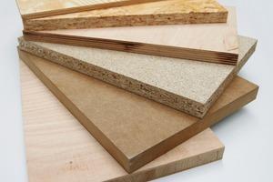 Im Außenbereich kann Feuchtigkeit bei Holzwerkstoffplatten vor allem über die Kanten eindringen und zu Schäden führen<br />