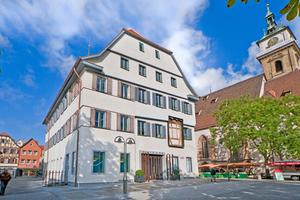 """An der Ostfassade des Bezirksrathauses Bad Cannstatt befindet sich (rechts im Bild) ein """"Schaufenster"""" in die Fachwerkgeschichte des Gebäudes, links der neue Gebäudeteil"""
