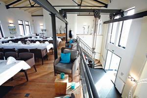 Neben der Wohnung finden im ersten Obergeschoss auch weitere gastronomisch genutzte Flächen ausreichend Platz. Im Restaurant sorgt der hohe offene Dachstuhl für eine besondere Atmosphäre<br />Foto: Deutsche Rockwool<br />