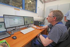 Rechts: Mit Computerunterstützung wird die Produktion des neuen Bindemittels gesteuert und überwacht