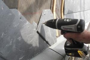 Befestigung von Schieferschindeln mit kleinen Schrauben in der Dachdeckerei<br />