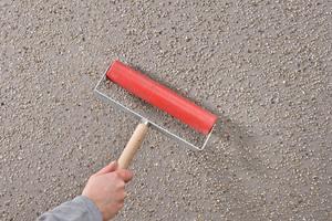 """Nach dem Trocknen die Sandmischung mit der Rolle eindrücken <span class=""""bildnachweis"""">Fotos: Martin Baitinger / Sto </span>"""