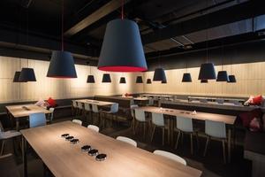 Die schwer entflammbare Kompaktplatte mit Synchronporen-Oberfläche Feelwood wurde speziell für das Deutsche Restaurant als Tischplatten und Rückseiten der Sitzbänke entwickelt
