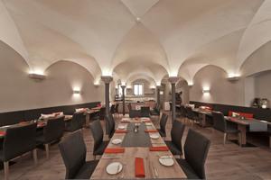 Unter dem sanierten Kreuzgratgewölbe wird heute gehobene, traditionelle Landhausküche serviert