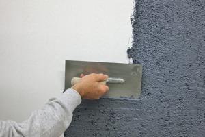 Herstellung einer rauen Putzoberfläche mit der Rolltechnik:<br /><br />Mit kleiner Traufel Kratzputz auftragen<br /><br />Mit der Strukturrolle den nassen Putz strukturieren<br /><br />Brechen der Spitzen mit der Malerwalze<br /><br />Auftrag der Fassadenfarbe mit der Rolle<br /><br />Mit der Trichterpistole Siliciumcarbid-Partikel einblasen<br /><br />Das Ergebnis ist eine stark strukturierte Putzoberfläche<br /><br /><br /><br />