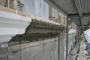 Im Zuge der Sanierung des ehemaligen Nobelhotels Krebs in Donauwörth verwendeten die Handwerker selbst für die Reprofilierung der Gurtgesimse Sanierputz<br />Foto: BASF Wall Systems
