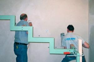 Bohrungen und Stemmarbeiten an zweischaligen Wohnungstrennwänden erfordern umsichtige Handwerker, damit die Trennfuge nicht zerstört oder durch herabfallende Mauerteile überbrückt wird. Durch Vorbohren kann verhindert werden, dass beim Stemmen Material trichterförmig nach hinten ausbricht