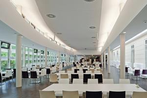 Durch viel Glas und die gestuft aufgebaute Decke mit Lichtausschnitten löst sich der Raum optisch auf<br />Fotos (2): Angelo Kaunat