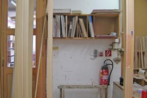 """Fensterelement mit Vollholzrahmen in der Werkstatt der Tischlerei Sigg in Hörbranz<span class=""""bildnachweis"""">Foto: be baumschlager eberle</span>"""