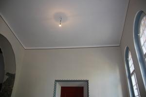Decke und Wand im Treppenhaus vor Beginn der Restaurierungsarbeiten