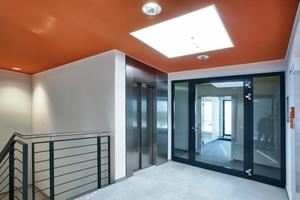 Treppenhaus mit Fahrstuhl in Ebene 3<br />
