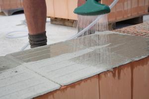 Konventionelles Fließwasser wird zur Aktivierung des Schmelzklebers in die Wannenprofile auf der Oberfläche der Pads gefüllt