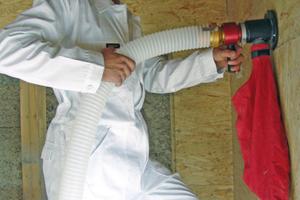 Dämmung mit Zelluloseflocken im Einblasverfahren<br />Foto: Climacell