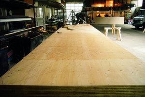 Ganz oben: Die gebogenen Sparren wurden von den Zimmerleuten aus Kerto-Q-Platten für die runden Dachformen in der Werkstatt der Firma Holzbau Vorderwisch in Gütersloh ausgeschnitten