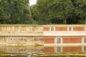 Große Kaskade im Schlosspark Nymphenburg: Deutlich sind die Verschmutzungen im wasserführenden Bereich zu erkennen (links). Nach der Reinigung sind die roten und grauen Marmorflächen wieder sichtbar (rechts)<br />Fotos: Kärcher
