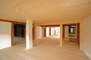 Großes Bild: Nach Abschluss der Umbauarbeiten ist der Raum mit erhöhtem Niveau im ersten Obergeschoss über zwei Stufen erreichbar