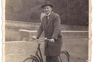 Wie vor 100 Jahren alles begann: Firmengründer Heinrich Mai mit seinem Fahrrad in Düsseldorf<br />Foto: Archiv Heinrich Mai &amp; Sohn<br />