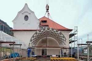 Die Tonnengewölbe wurden mit Schwerlasttransportern auf die Baustelle gebracht und auf dem Erdgeschoss des Verbindungsgebäudes montiert