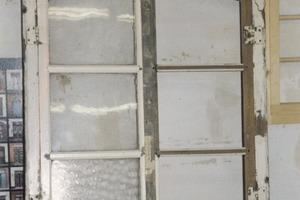 Das ausgebaute Segmentbogenfenster vor der Restaurierung<br />