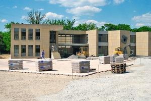 An den Fassaden der einzelnen Gebäude verarbeiteten die Zimmerleute der Holzbau Siegfried Bauer GmbH aus Übersontheim und der Firma Martin Mögerle aus Künzelsau-Gaisbach 24mm dicke Kerto-Q Holztafeln<br />