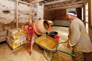 Anmischen des Lehmausgleichsputzes mit der Mischmaschine