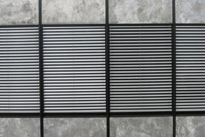 Fassadendetail mit geschlossenen Rollos<br />