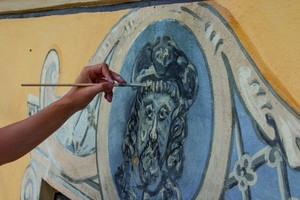 Links: In Zusammenarbeit mit einer Restauratorin erfolgte die Sicherung der Putzschichten sowie der 300 Jahre alten Secco-Malereien