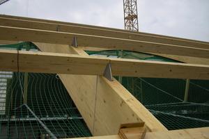 So befestigten die Zimmerleute beim Bau der neuen Hallen für die Bodensee-Messe in Friedrichshafen die Dachkonstruktion an die Binder