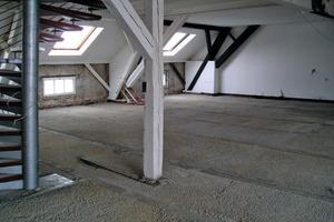 Auch bei Holzbodendielen fügt sich das Zement-Styroporgemisch schnell in jeden Zwischenraum und kann bereits nach zwei Stunden mit Estrich belegt werden